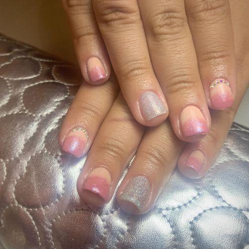 Uñas cortas gris con rosa y brillo