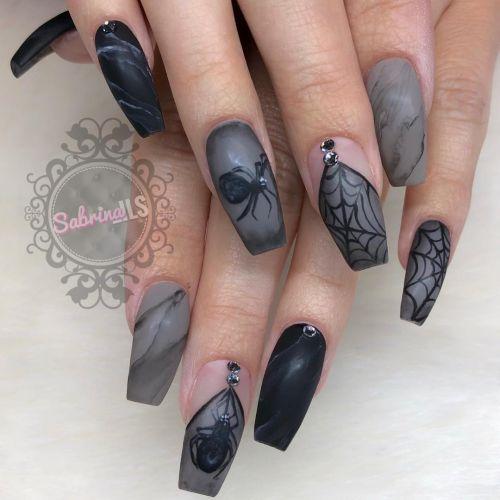 Uñas fondo gris con figuras en negro
