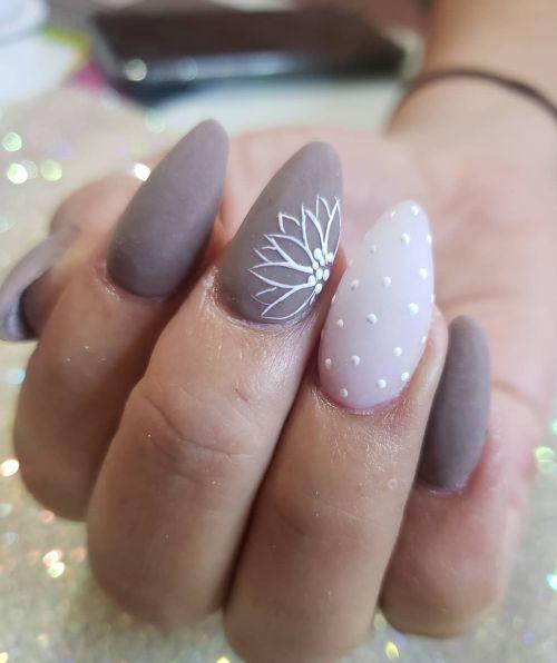 Uñas en gris con flor blanca