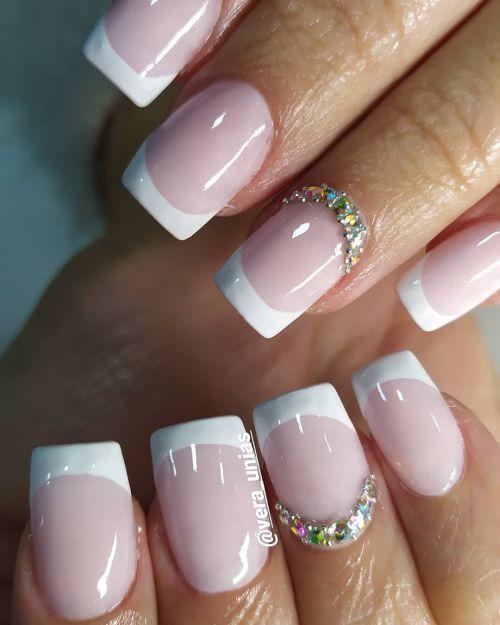 Uñas corte recto rosa con plata y blanco