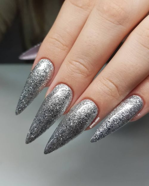 Uñas en punta plata
