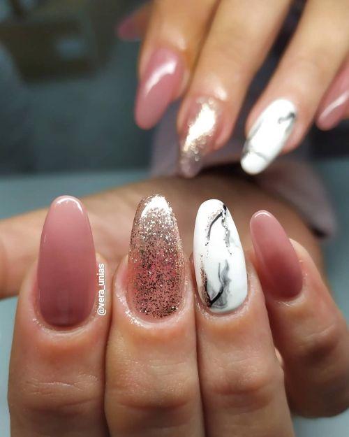 Uñas rosa y mármol con brillo plata