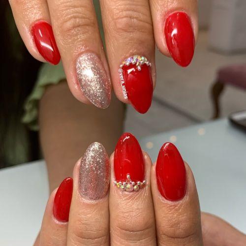 Uñas rojas con plata