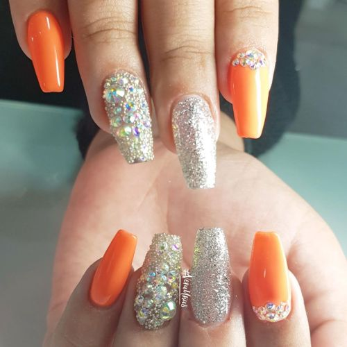 Uñas naranja con brillo plata