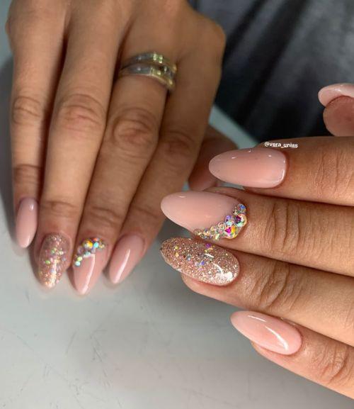 Uñas rosadas con pedrería en plata