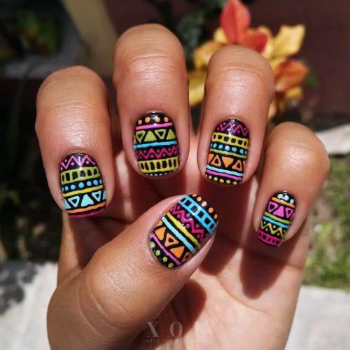 Uñas tribales cortas de colores