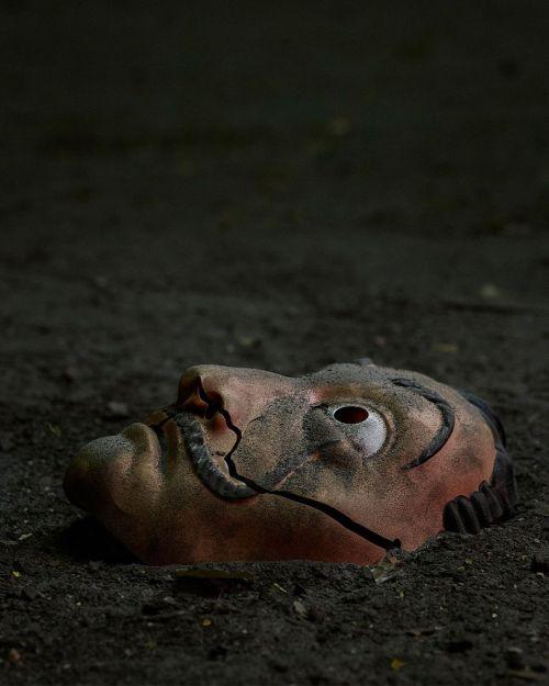Máscara de Dalí rota
