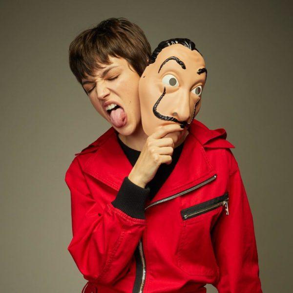 Joven con máscara de Dalí