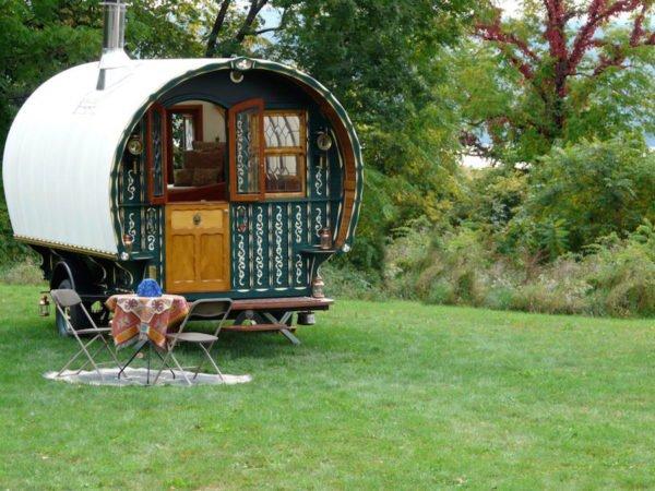casa-pequeña-con-una-fachada-de-caravana
