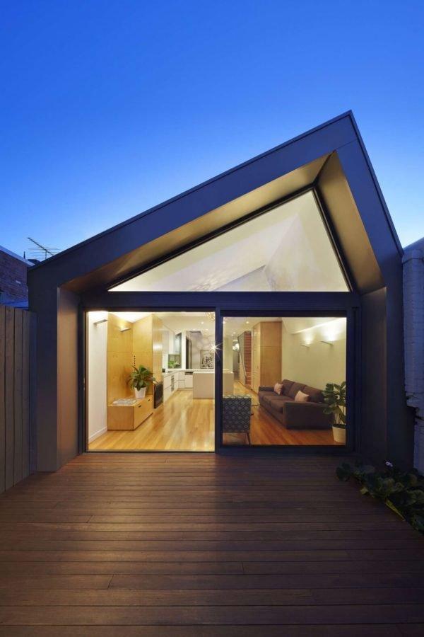 casa-pequeña-con-una-fachada-en-punta