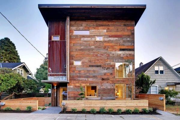 casa-pequeña-con-una-fachada-laminada