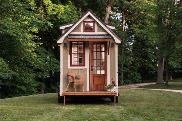 casa-pequeña-y-rodante-con-fachada-clasica