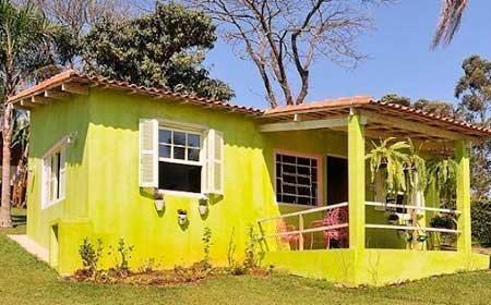 40 fotos e ideas de colores para fachadas de casas y for Pintar ventanas de madera exterior