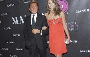 Valentino fue acompañado de la actriz Liz Hurley al galardón del Botón de Oro