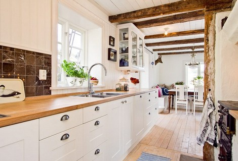 cocinas blancas con encimera de madera u con una encimera de madera a juego con las vigas