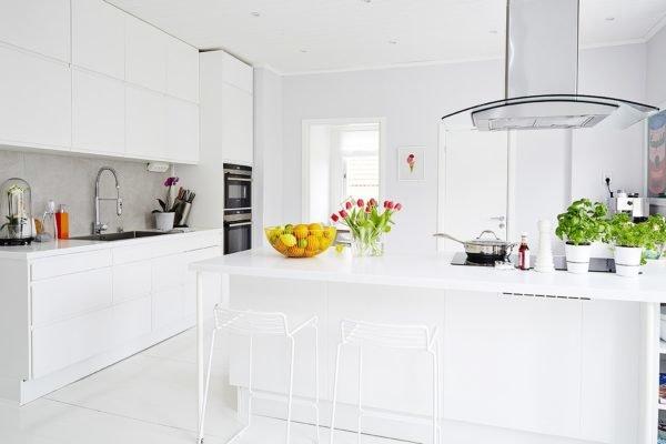 De 30 fotos de decoraci n de cocinas blancas modernas for Cocina blanca electrodomesticos blancos
