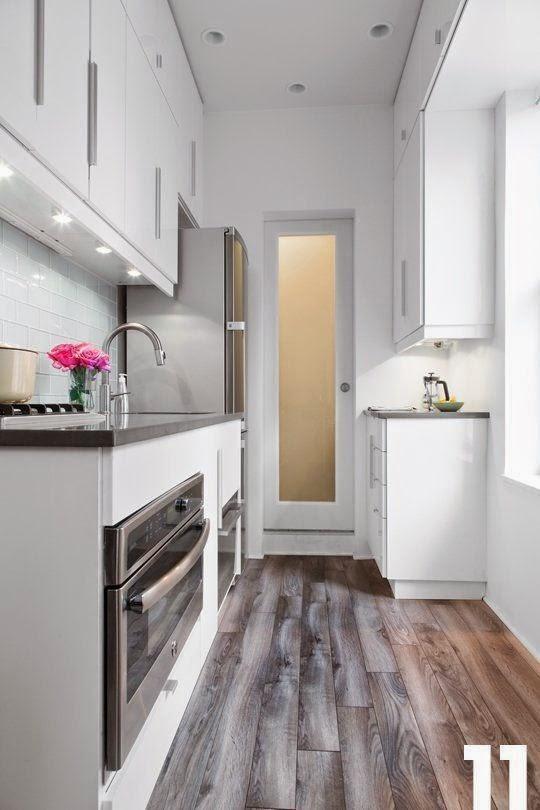 cocinas blancas pequeas con un suelo de madera que la hace ms grande - Cocinas Modernas Blancas