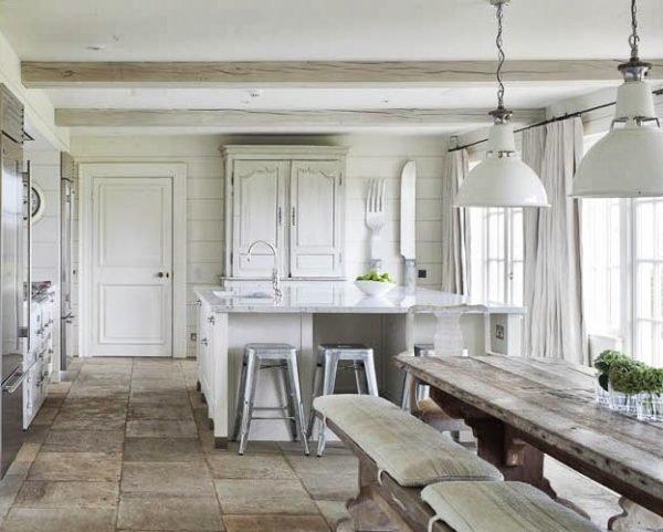 cocinas-blancas-rusticas-vigas-bancos