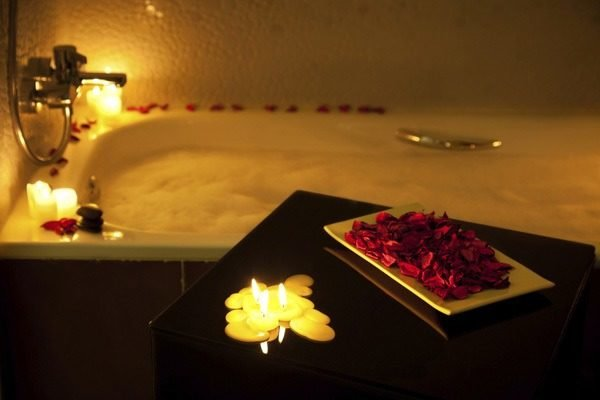 alfombra-de-bano-para-san-valentin-velas-flores