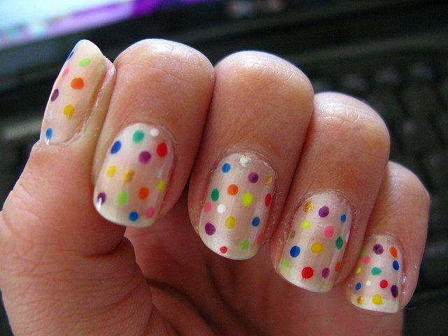 ... luego con esmalte transparente dar una nueva capa sobre las uñas
