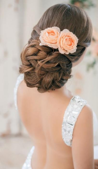 peinados-novia-pelo-recogido-mono-bajo-flores-verano
