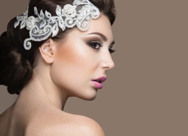 Maquillaje de boda de noche para novias ojos ahumados en marron y labios rosas