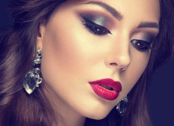 Maquillaje de boda de noche para novias tonos grises y teja con labios rojos
