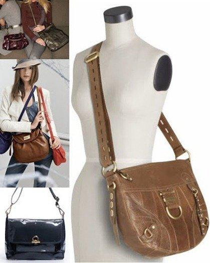 Los bolsos pequeños bandolera con strass o lentejuelas están muy de moda, como un detalle más del look. Un bolso bonito con lentejuelas sobre un mono color