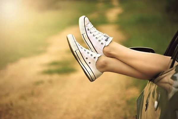 como-depilarse-con-hilo-calzado-deportivo