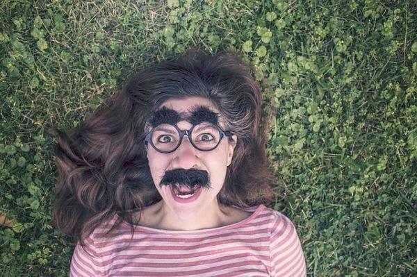 como-depilarse-con-hilo-gafas-con-bigote