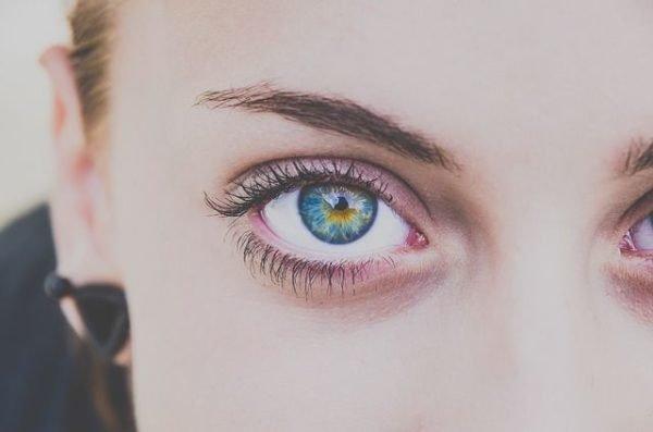 como-depilarse-con-hilo-ojos-cejas