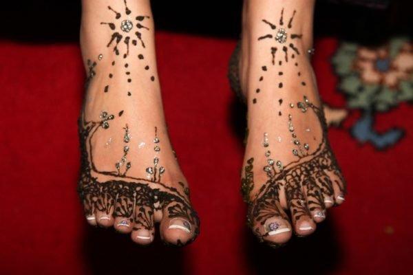 Tatuajes en el pie henna brillantes
