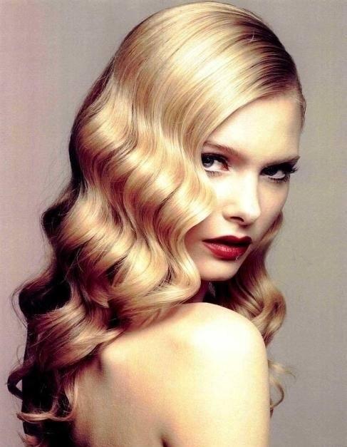 para ondular el pelo existen varios uctrucosud que pueden funcionaros y que podemos aplicarnos en casa ya sea el uso de planchas para el pelo o de rulos