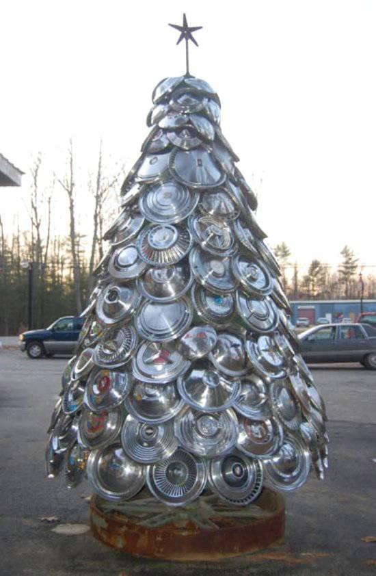 arbol-de-navidad-reciclado-con-tapacubos-coche