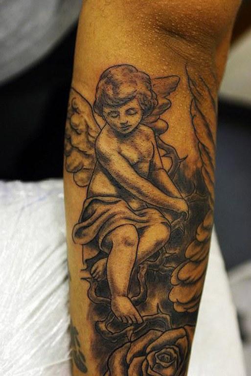 tatuajes-de-cupido-para-san-valentin-antebrazo