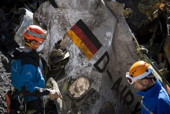las-10-imagenes-mas-aterradoras-de-la-tragedia-del-germanwings-dos-trabajadores-con-el-avion