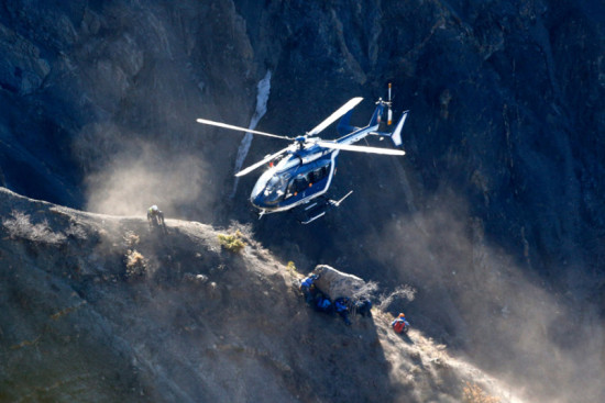 las-10-imagenes-mas-aterradoras-de-la-tragedia-del-germanwings-helicopteros-de-rescate