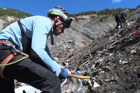 las-10-imagenes-mas-aterradoras-de-la-tragedia-del-germanwings-trabajador-en-el-rescate