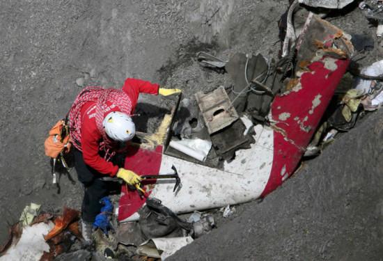 las-10-imagenes-mas-aterradoras-de-la-tragedia-del-germanwings-trozo-del-avion