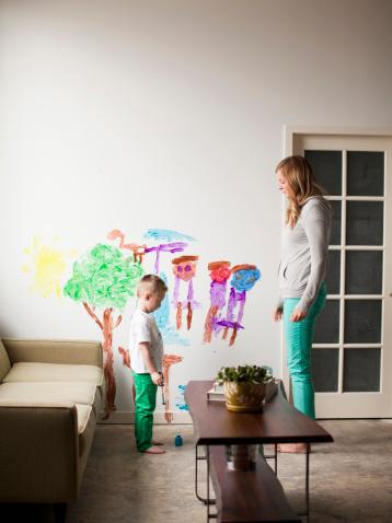niños-que-pintan-paredes