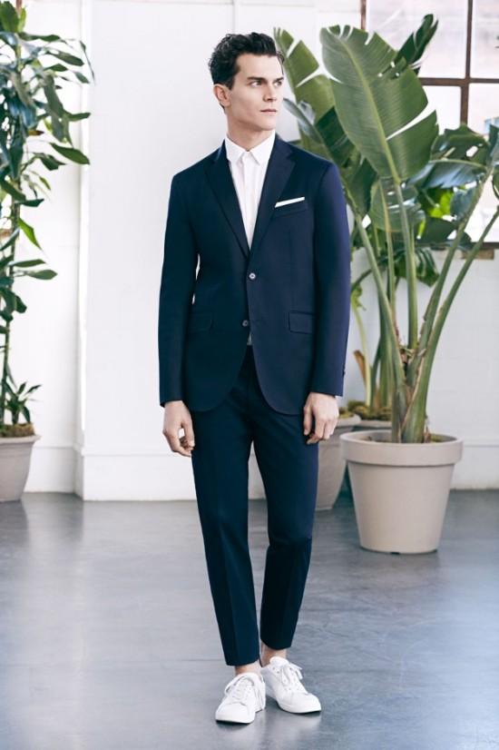 traje-azul-con-zapatillas-blancas