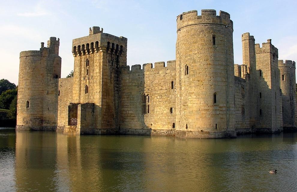 lugares hermosos abandonados Castillo Bodiam en Sussex del Este, Inglaterra