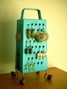 14-formas-curiosas-de-reciclar-cosas-viejas-joyero-para-pendientes-con-un-rayador