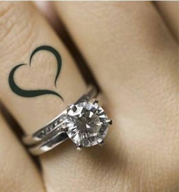 tatuajes-de-corazones-en-el-dedo-anillo-amor