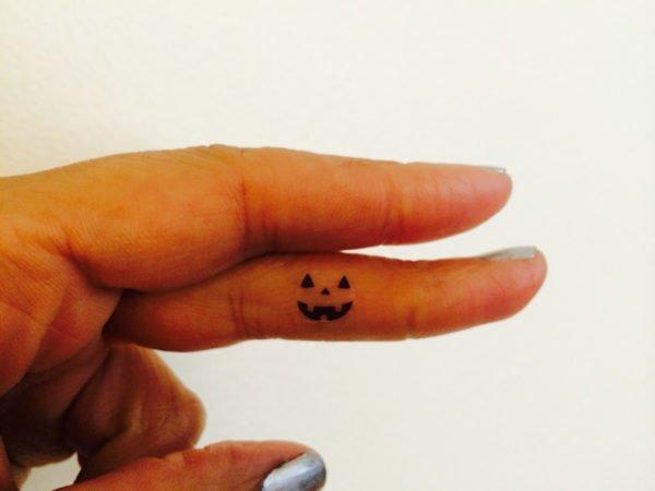 tatuajes-de-halloween-calabazas-pequena-dedo