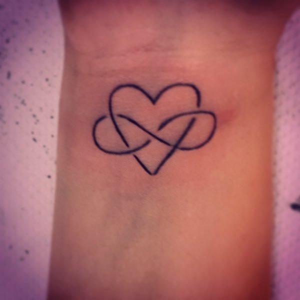 tatuajes-infinito-muneca-corazons
