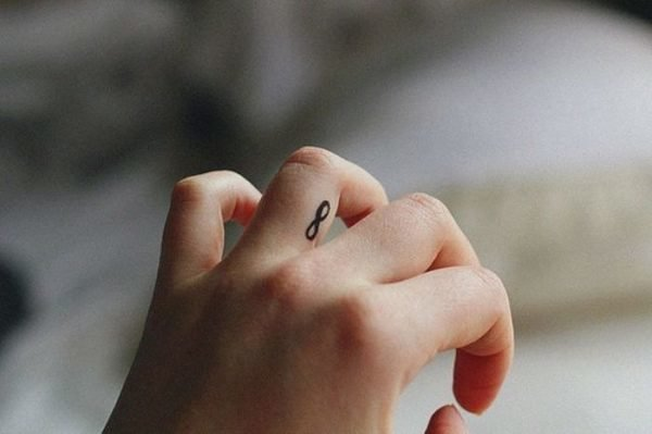 tatuajes-en-los-dedos-para-mujeres-infinito