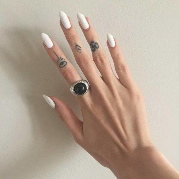 tatuajes-en-los-dedos-para-mujeres-ojo