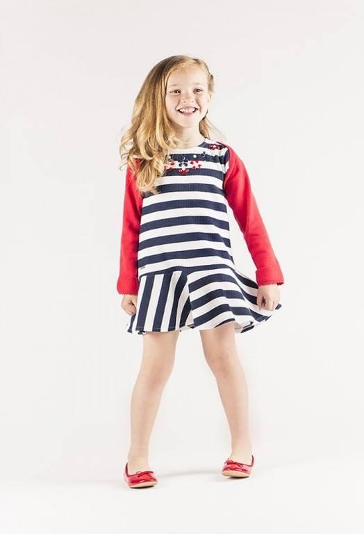 389f81247 La firma Boboli, propone vestidos con rayas marineras, pero esta vez  jugando con ellas. Franjas anchas en azul Navy, vestidos de corte bajo que  proporcionan ...