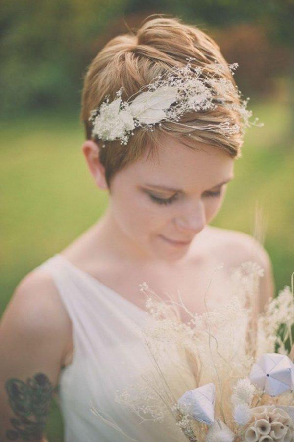 como-elegir-los-mejores-tocados-para-pelo-corto-con-hojas-y-flores